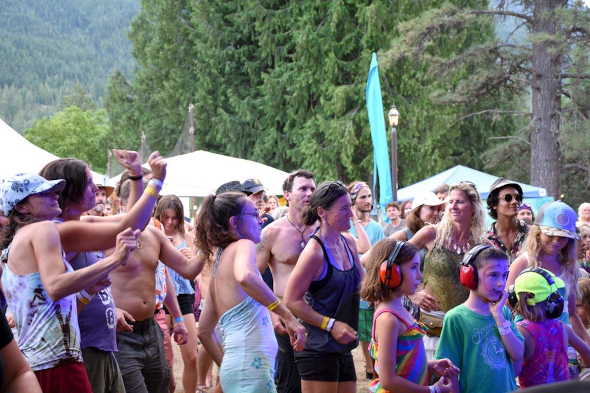 Crowd-dancing