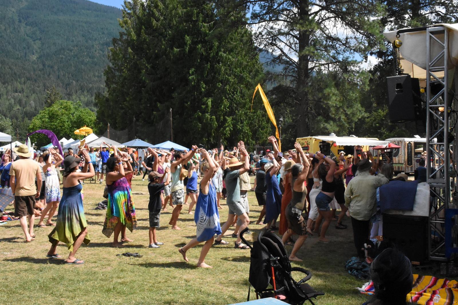 09-Prosad Crowd Dancing